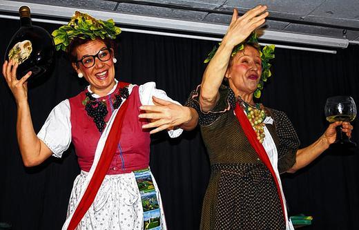 Frauenwochen Eröffnung mit zwei Altersehrenweinköniginnen Inge & Rita