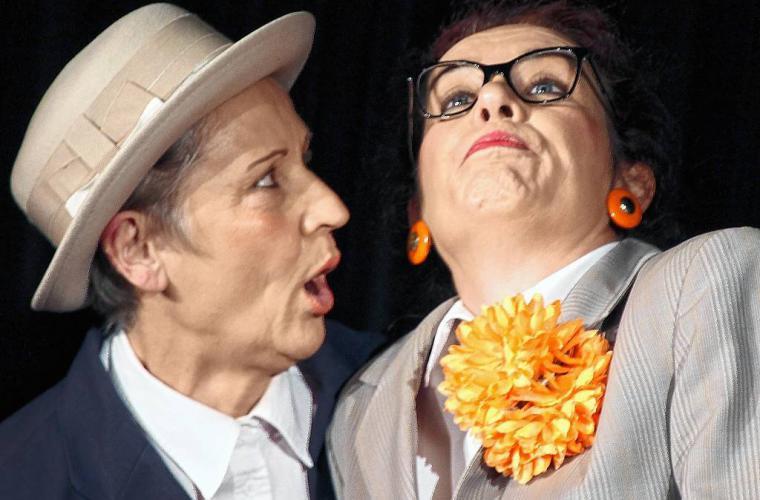 Absage an den Perfektionismus: Angelika Scheidig und Bettina Hümmer-Dünninger alias Inge und Rita (von links) zogen alle Register ihres komödiantischen Könnens. Foto: Mainpost Ursula Lux